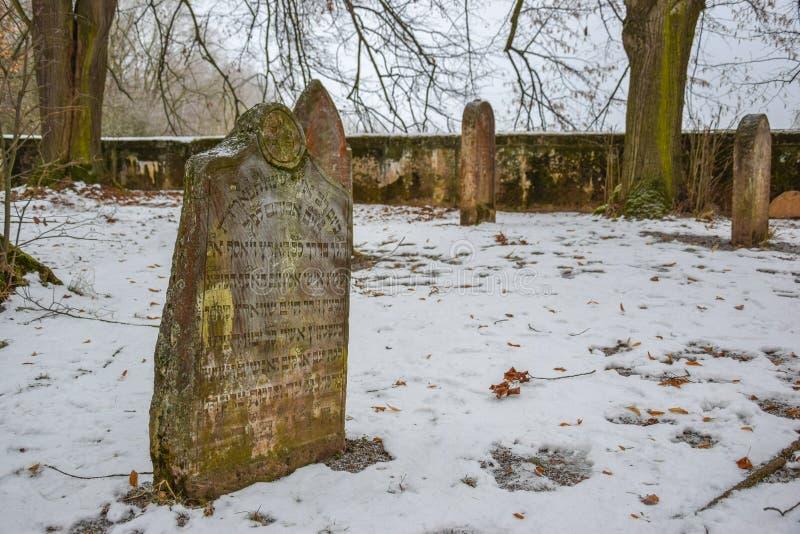 Gammal judisk kyrkogård i vintern, Tjeckien royaltyfria foton