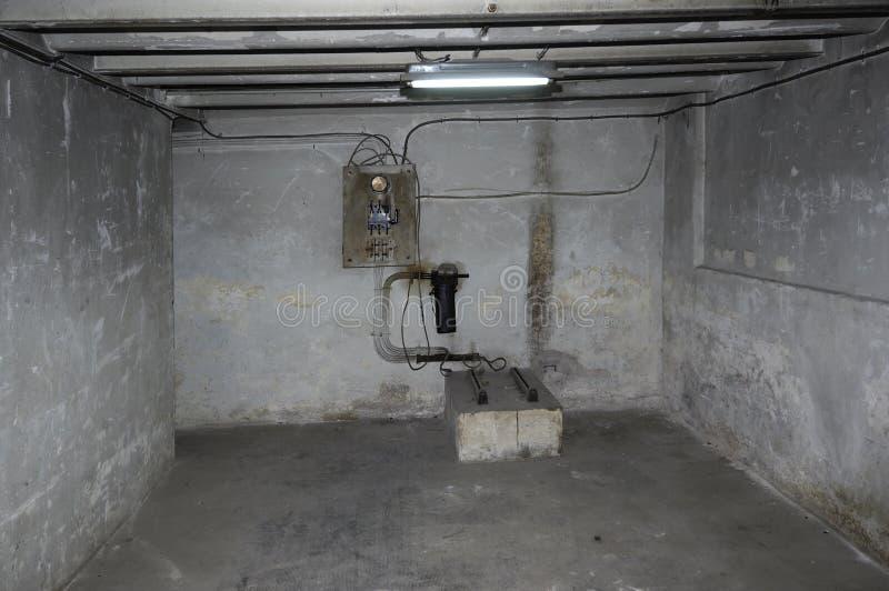 Gammal källare som är föråldrad och försämras arkivbild