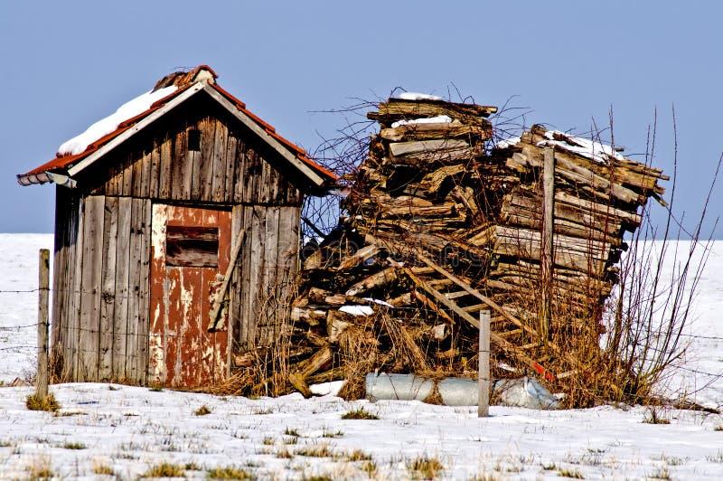 Gammal kabin i snow arkivbild