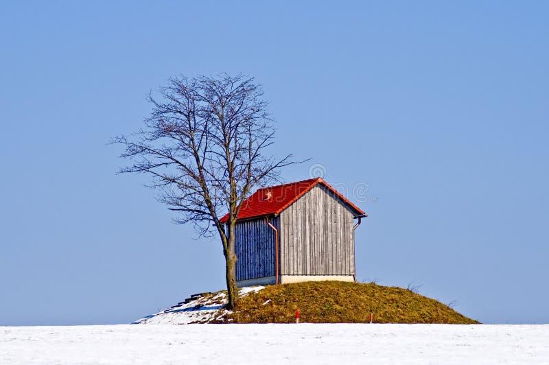 Gammal kabin i snow fotografering för bildbyråer