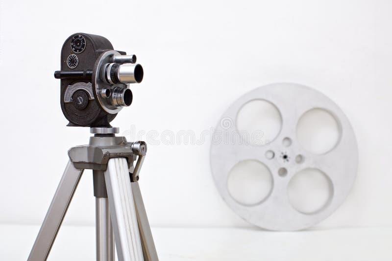 Gammal kamera för mm 8 och filmrulle på vit royaltyfri fotografi