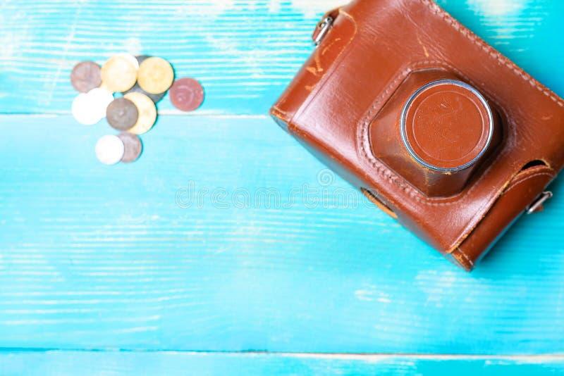 Gammal kamera i en brun läderräkning på en trätabell arkivbild