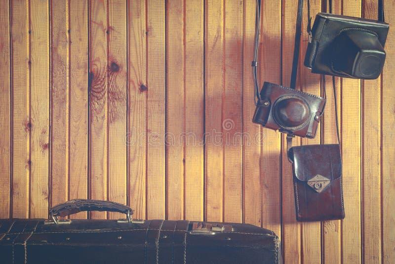 Gammal kamera och resväska arkivbild