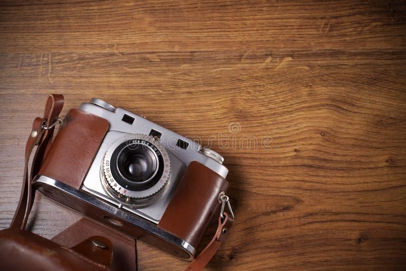 Gammal kamera på den wood tabellen royaltyfri bild