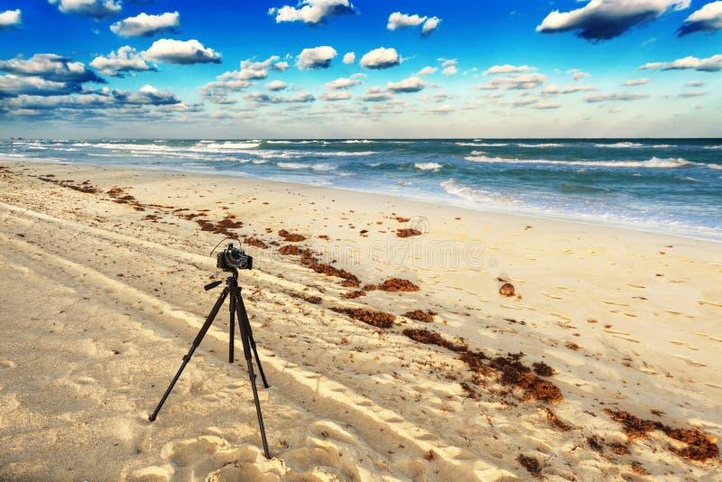 Gammal kamera på stranden arkivbild