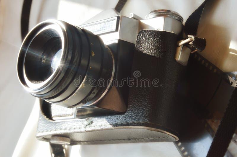 Gammal kamera p? en ljus bakgrund arkivbild
