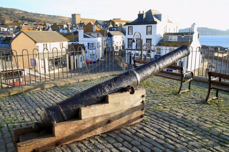 Gammal kanon i stad av Lyme Regis royaltyfri bild