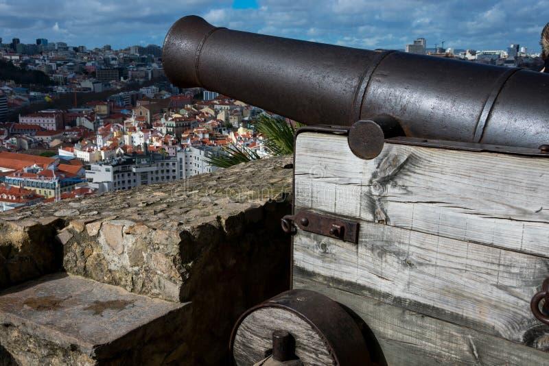 Gammal kanon på helgonet George Castle Castelo de Sao Jorge royaltyfria bilder