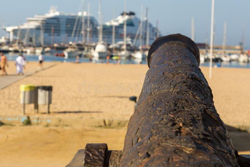 Gammal kanon på promenaden nära hamnen i Palamos arkivbild