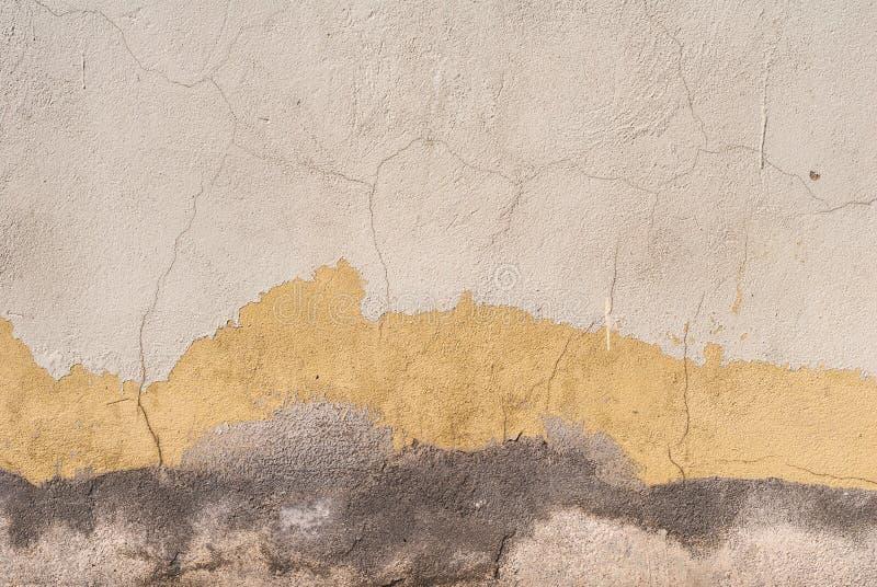 Gammal kanstött murbruk på betongväggtexturbakgrunden royaltyfri foto