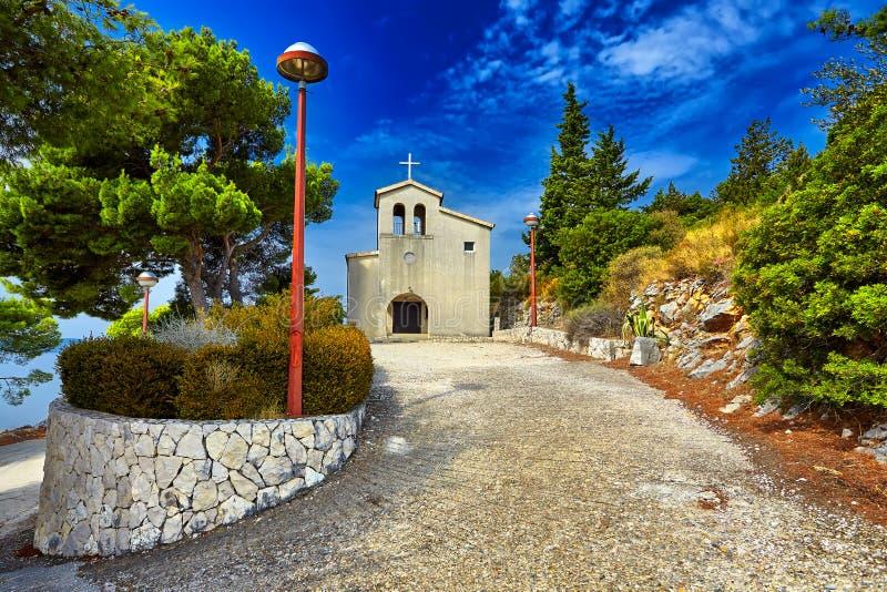 Gammal katolsk kyrka i berg Makarska Dalmatia, Kroatien royaltyfri bild