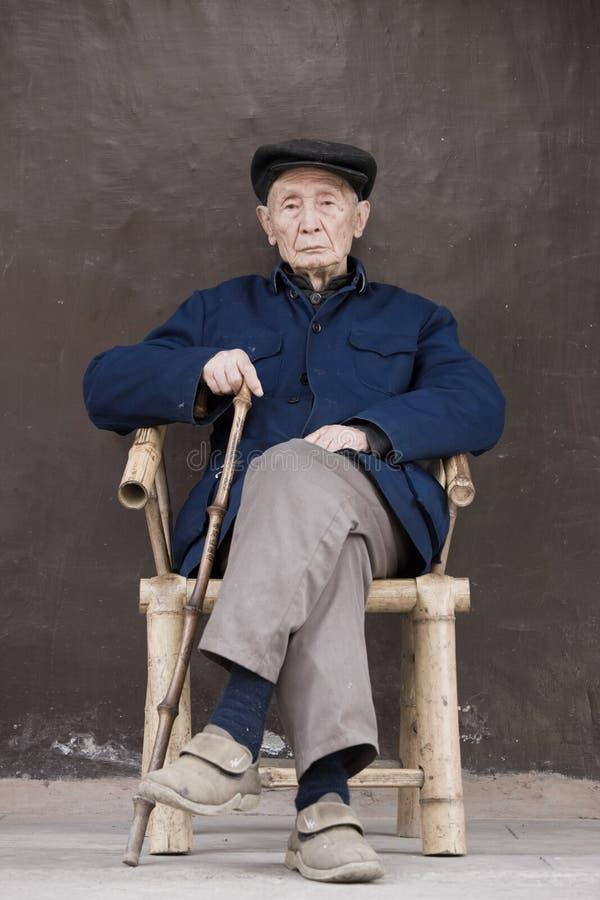 Gammal kinesisk man i bambustol, Chengdu Sichuan landskap arkivfoto