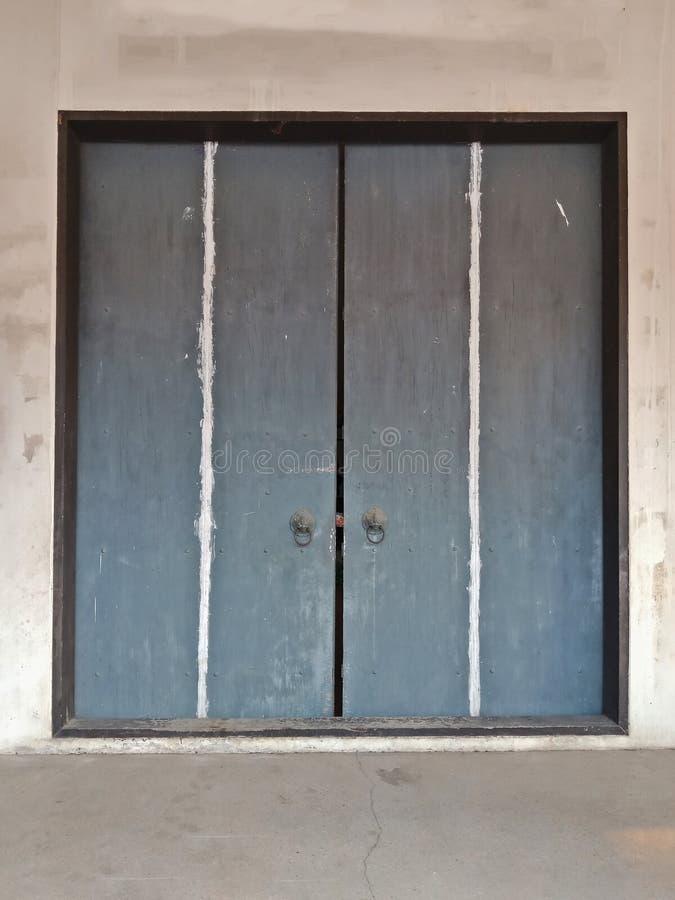 Gammal kinesisk port med dörr två i relikskrin arkivfoto