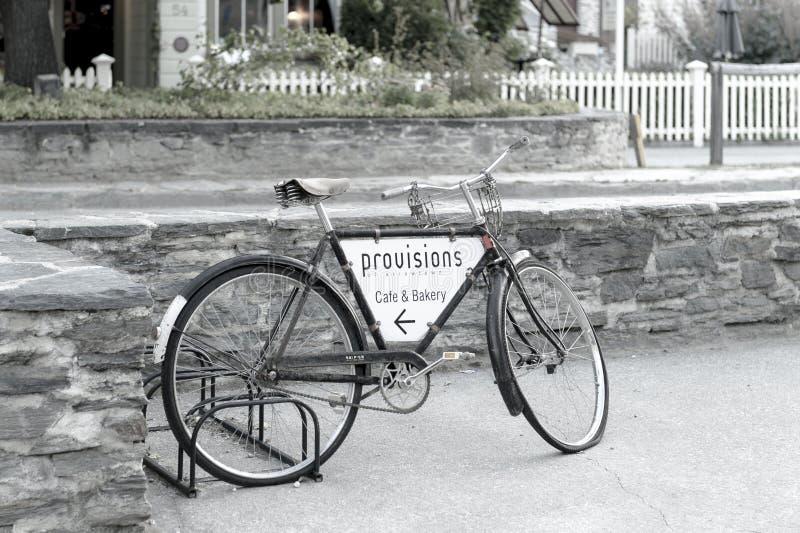 Gammal klassisk cykelparkering på gatan av arrowtown fotografering för bildbyråer