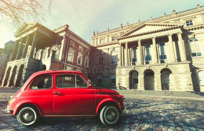 Gammal klassisk italiensk röd bil för tappning Osgoode Hall, historisk byggnad Toronto Kanada arkivbilder