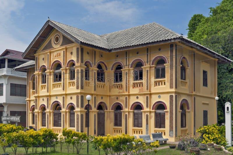 Gammal klassisk koloniinvånare-stil byggnad inom helgonet Anna Nong Saeng Catholic Church i det Nakhon Phanom landskapet, Thailan arkivbild