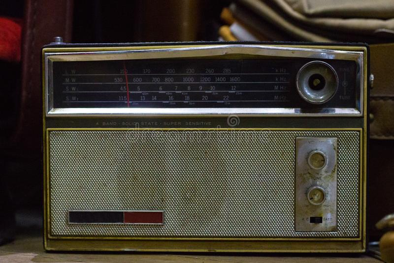 Gammal klassisk tappningradio, antika samlingar arkivbilder