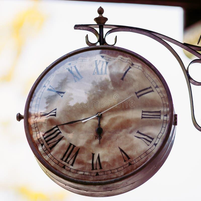 Gammal klocka för stor tappning som hänger på väggen royaltyfria foton