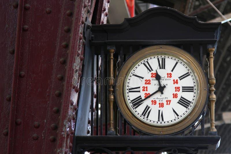 Gammal klocka i den Buenos Aires järnvägsstationen royaltyfri bild