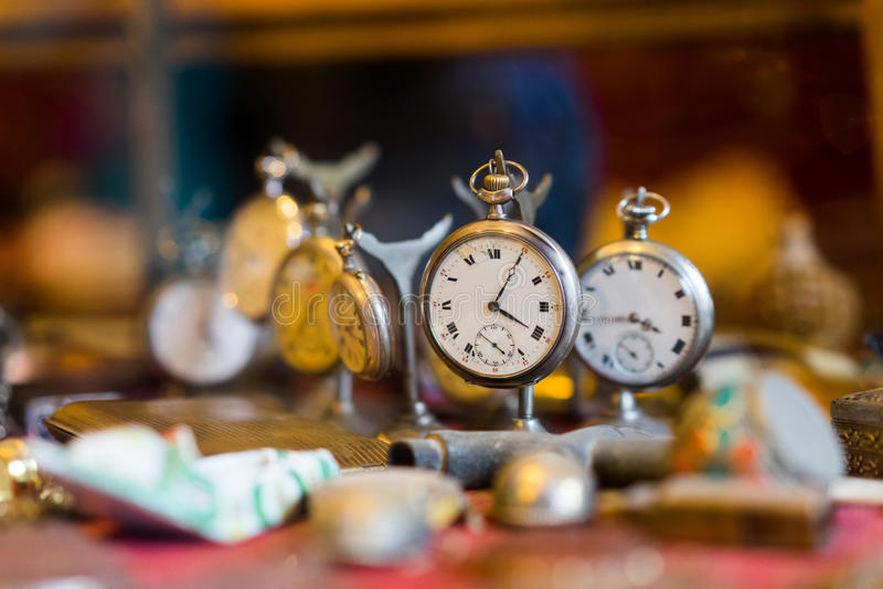 Gammal klocka i lumpbod arkivbild