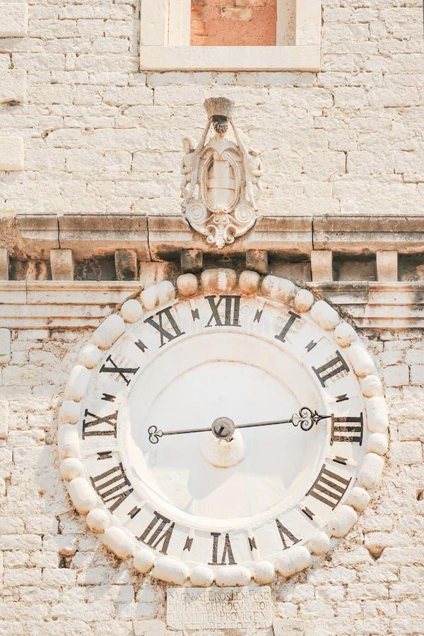 Gammal klocka i Sibenik arkivbilder