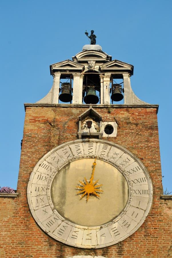 Gammal klockatorn och klocka i Venedig, Italien royaltyfri fotografi