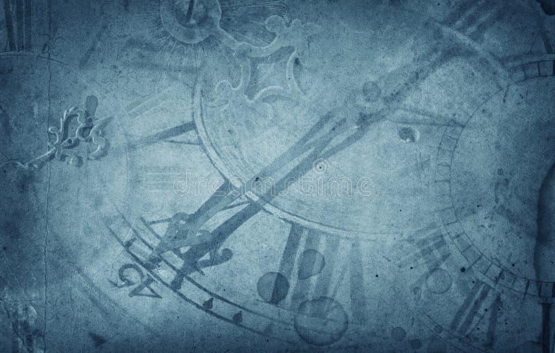 Gammal klockavisartavlor och timmehand på bakgrund för blått papper för tappning royaltyfria foton