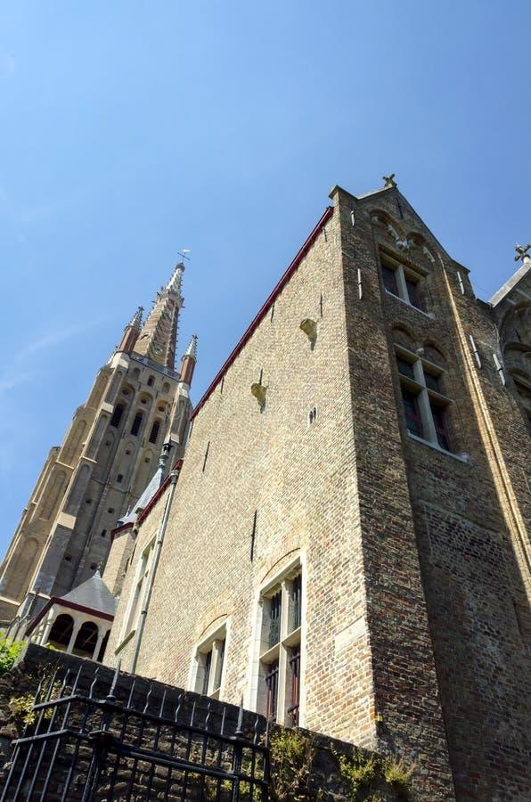 Gammal kloster bak domkyrkan av Bruges royaltyfria foton