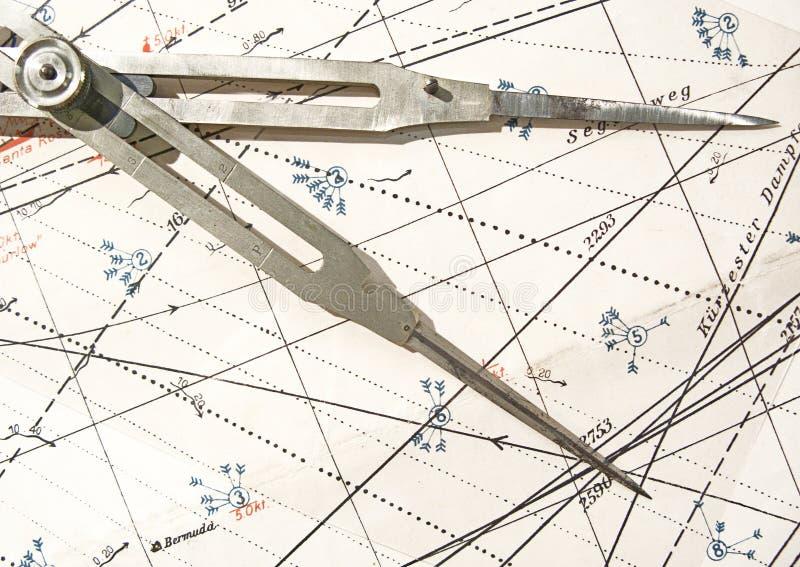 Gammal kompass på ett navigeringdiagram fotografering för bildbyråer