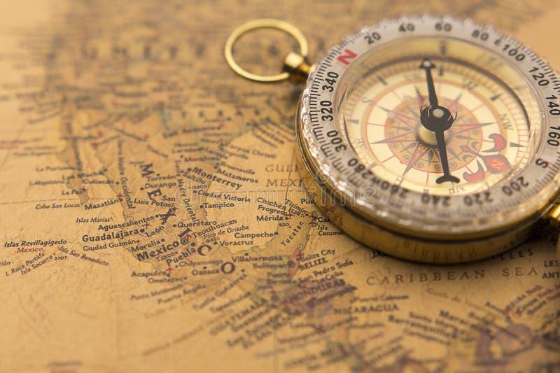 Gammal kompass på selektiv fokus för tappningöversikt på Mexico arkivbilder
