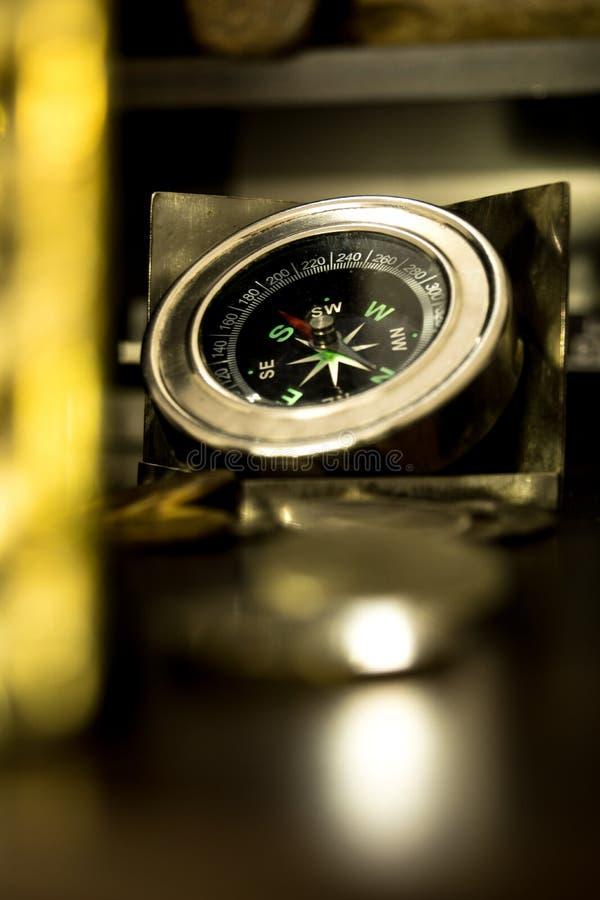 Gammal kompass som används av sailers i gamla tider arkivbild