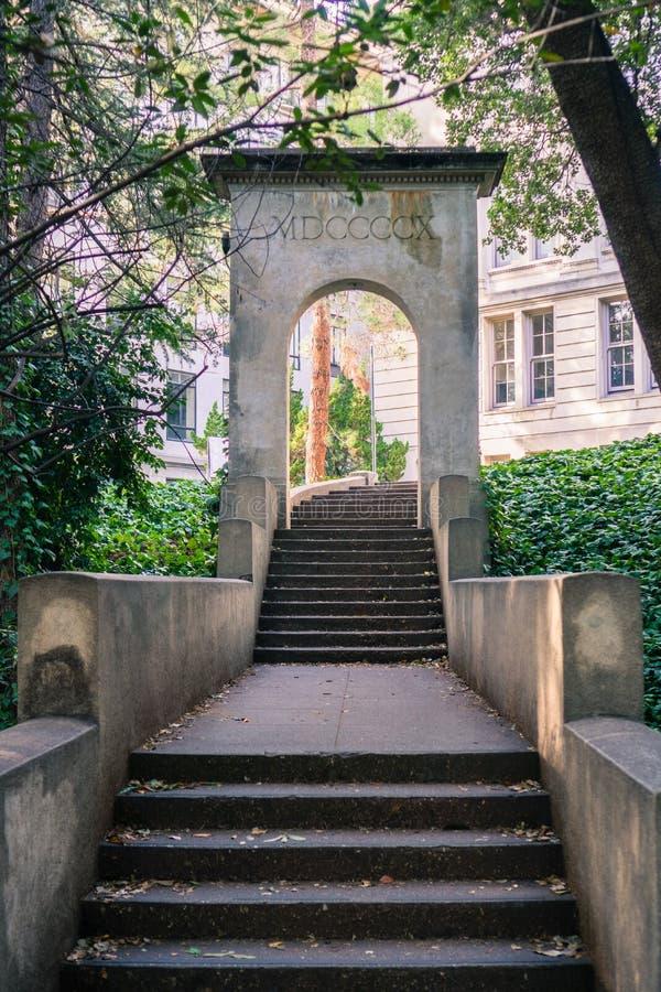Gammal konkret trappa och minnes- roman båge, arkivbild