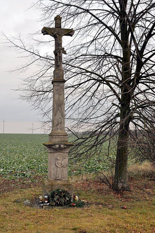 Gammal kors och natur royaltyfri fotografi