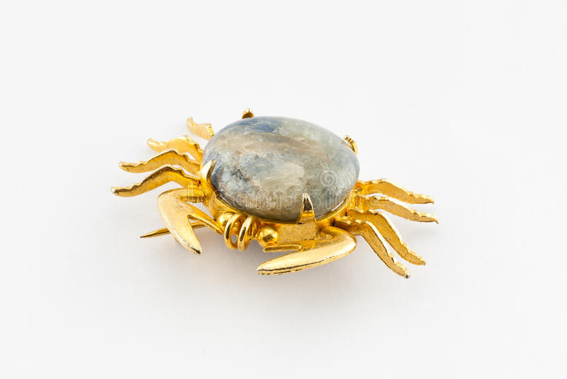 Gammal krabbaShape guld och marmorbrosch arkivbild