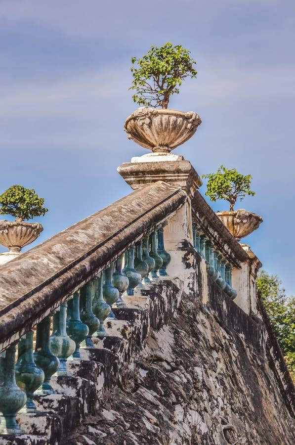 Gammal krukaplanter på balkongen i gammalt hus arkivfoton