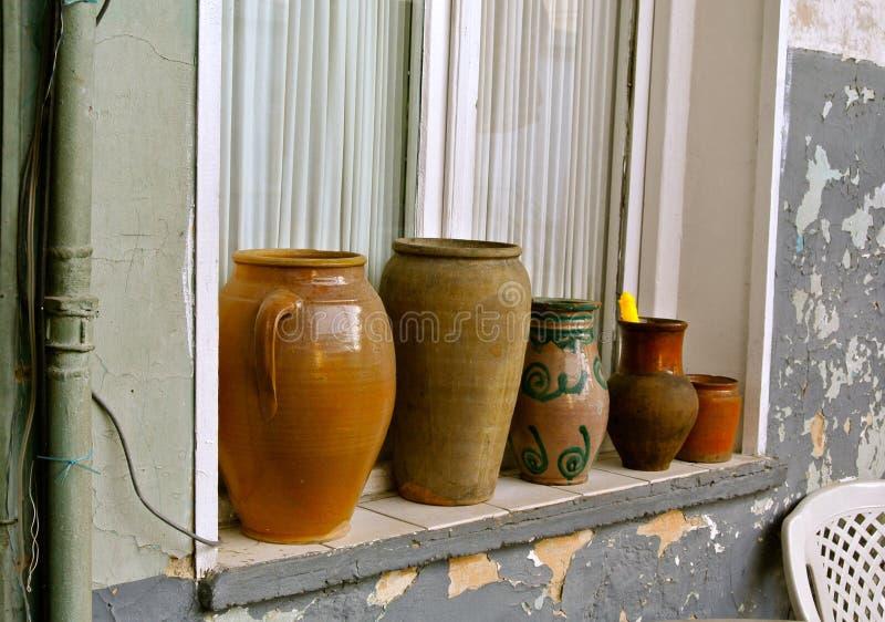 Gammal krukmakeri på den utvändiga fönsterfönsterbrädan georgia tbilisi arkivbild