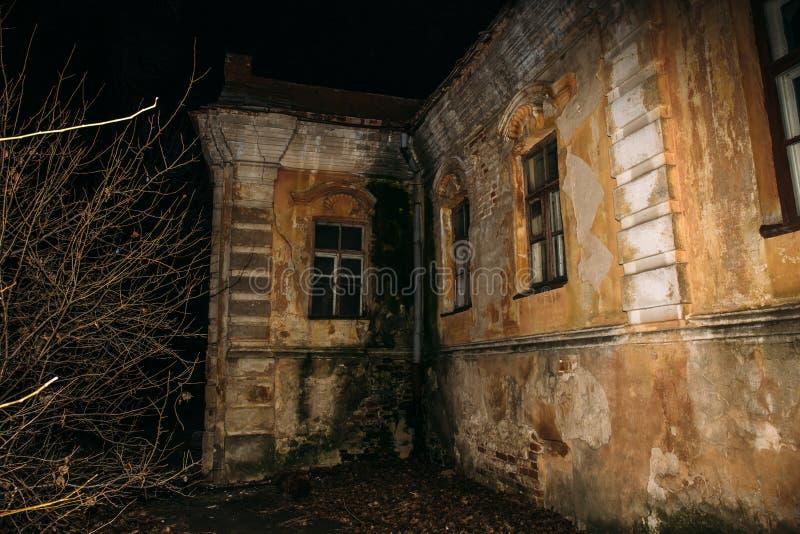 Gammal kuslig övergiven spökad herrgård, kusligt hus, fasaatmosfär arkivfoton
