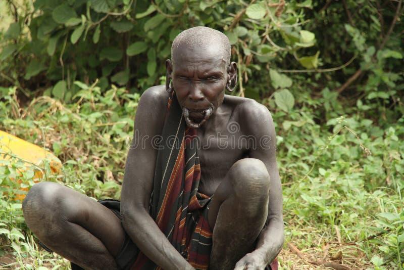 Gammal kvinna av den etniska Mursien Dal av Omoen ethiopia arkivfoton