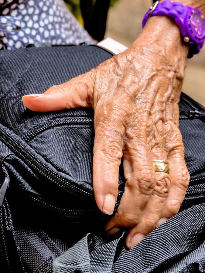 gammal kvinna för hand royaltyfria foton