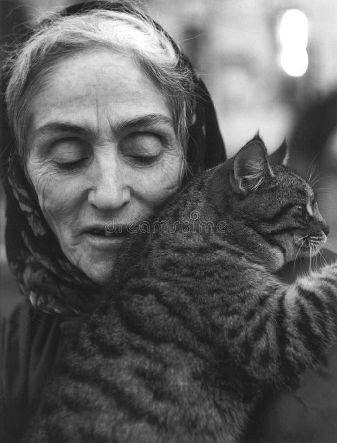 gammal kvinna för katt fotografering för bildbyråer