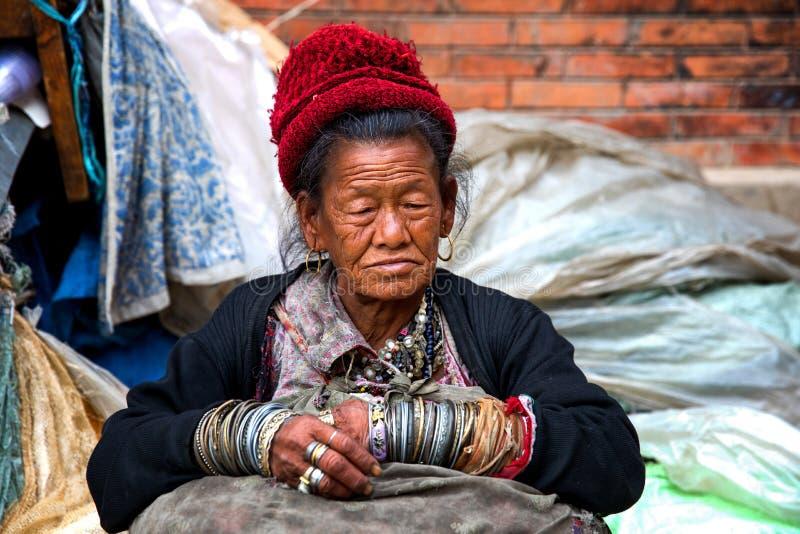 Gammal kvinna för stående, Nepal royaltyfria foton