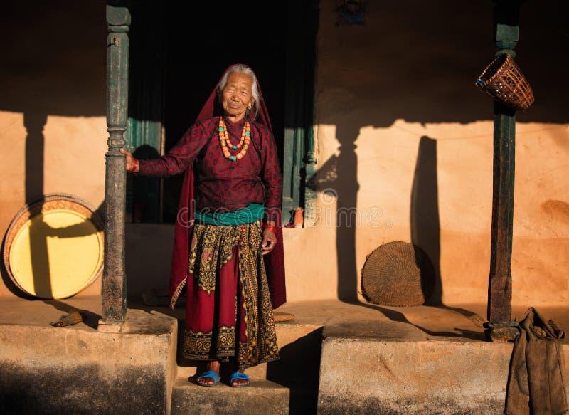 Gammal kvinna i Nepal arkivbild