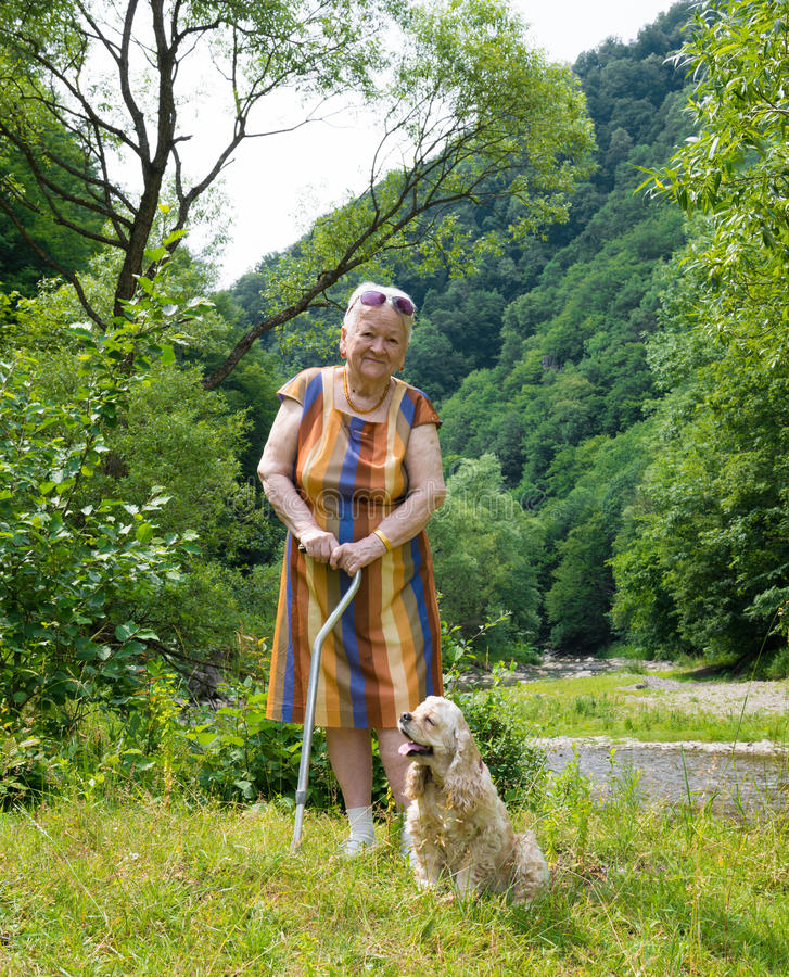 Gammal kvinna med en hund royaltyfria foton