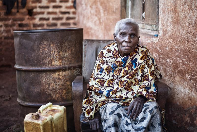 Gammal kvinna nära Jinja i Uganda arkivbild