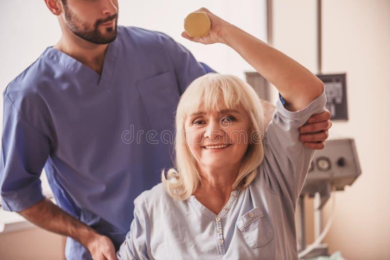 Gammal kvinna och doktor royaltyfri bild