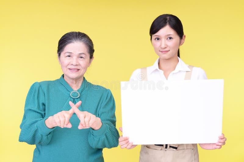 Gammal kvinna som visar förbjuda gest royaltyfria foton