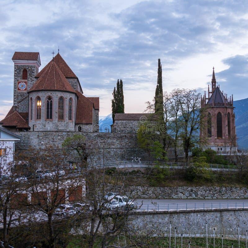 Gammal kyrka, alte Kirche och mausoleum av Erzherzogs Johann under solnedgång med ingången i Schenna Scena södra Tyrol, Italien arkivfoton