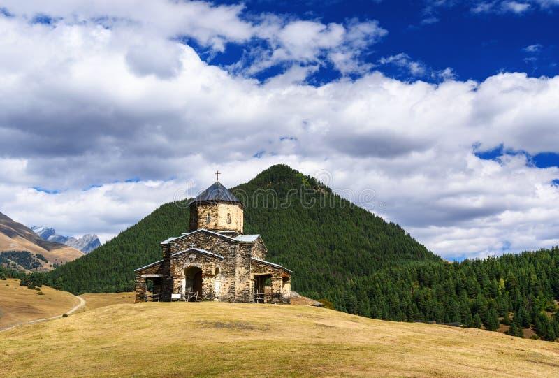 Gammal kyrka av helig Treenighet i den Shenako byn Tusheti region georgia royaltyfri foto
