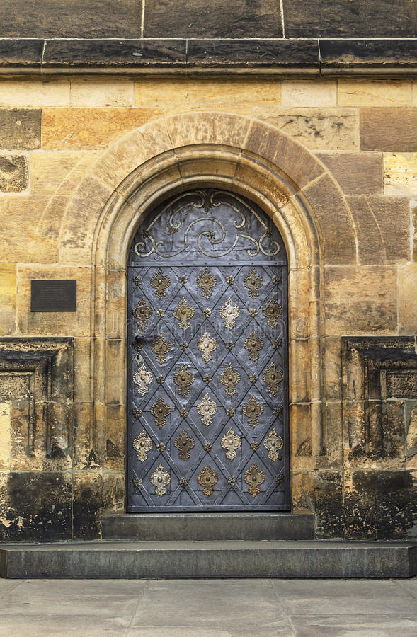 Gammal kyrka- eller slottdörr royaltyfri fotografi