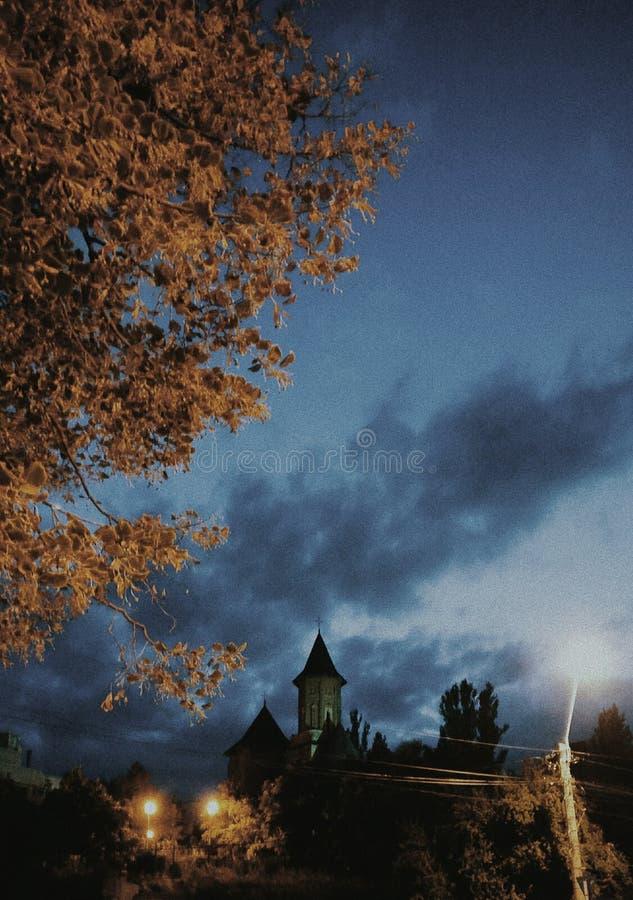 Gammal kyrka från Galati Rumänien på aftonen arkivfoton